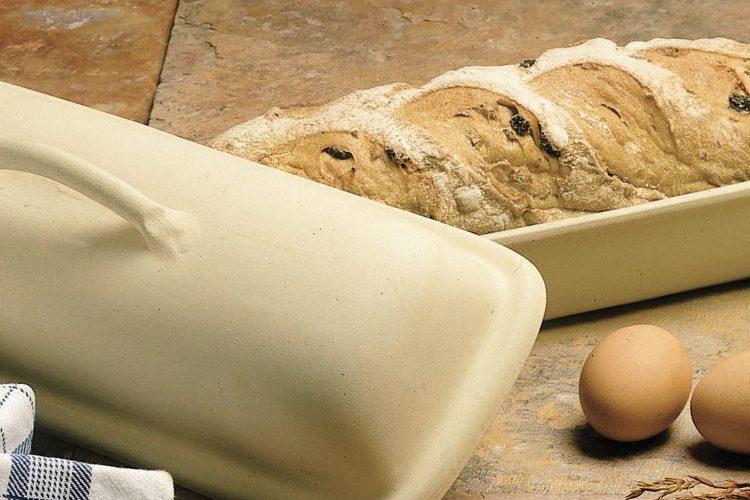 Clay-baker med brød. foto.