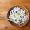 Waldorf salat i keramikkform. foto